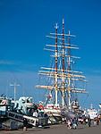 ORP Błyskawica i Dar Pomorza przy Nabrzeżu Pomorskim w Gdyni.