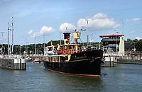 Nederland  Amsterdam - 2019.  De Oranjesluizen.  De Hydrograaf is in 1910 als stoomschip gebouwd te Rotterdam als opnemingsvaartuig voor de Hydrografische Dienst. Het was het laatste kolengestookte schip van de Koninklijke Marine. Tegenwoordig doet hhet schip dienst als oa Pakjesboot 12 van Sinterklaas. De Oranjesluizen zijn een complex van schutsluizen in het IJ. Ze vormen de grens tussen het Binnen- en het Buiten-IJ.    Foto Berlinda van Dam / Hollandse Hoogte
