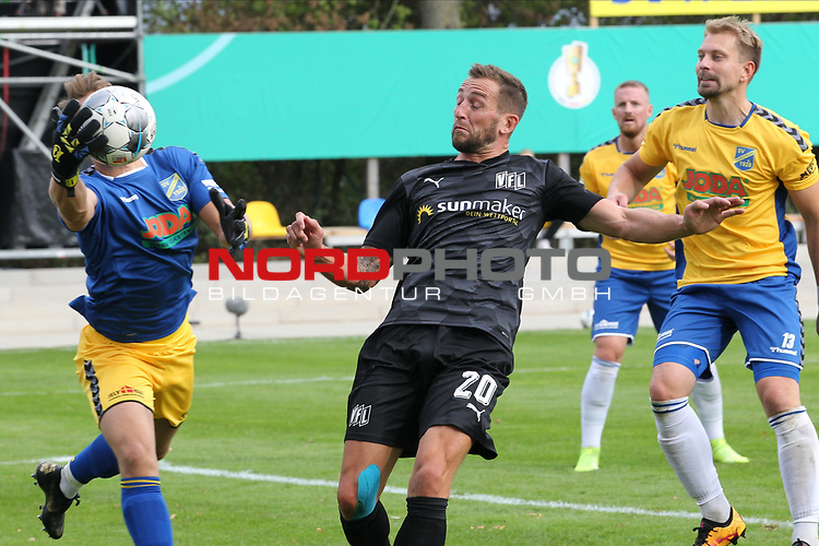 12.09.2020, JODA Sportpark, Todesfelde, GER, DFB-Pokal Runde1 SV Todesfelde vs. VfL Osnabrueck <br /> <br /> DFB REGULATIONS PROHIBIT ANY USE OF PHOTOGRAPHS AS IMAGE SEQUENCES AND/OR QUASI-VIDEO.<br /> <br /> im Bild / picture shows<br /> Torwart Fabian Landvoigt (SV Todesfelde) setzt sich gegen Marc Heider (VfL Osnabrueck) durch<br /> <br /> <br /> <br /> Foto © nordphoto / Tauchnitz