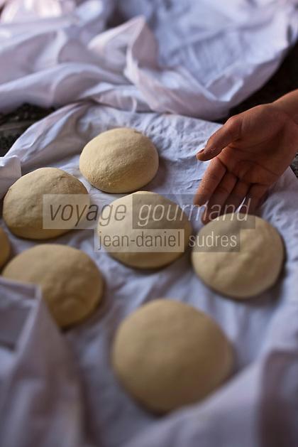 Afrique/Afrique du Nord/Maroc/Province d'Agadir/Tighanimine Elbaz: Ecolodge Atlas Kasbah - Préparation des galettes de pain