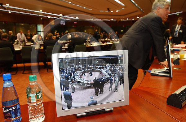 Brussels-Belgium - May 11, 2004---Meeting of the ECOFIN Council at the 'Justus Lipsius', seat of the Council of the European Union in Brussels; here: due to the enlarged number of delegates, who take part in the meeting and who can not sit in the inner circle of the newly refurbished meeting room, are given an 'insight' via a monitor / screen---Photo: Horst Wagner/eup-images