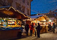 Italy, Alto Adige (South Tyrol)), Brunico at Pusteria Valley: christmas market at city hall square | Italien, Suedtirol (Trentino - Alto Adige), Bruneck (Brunico) im Pustertal: Weihnachtsmarkt am Rathausplatz