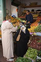 Afrique/Afrique du Nord/Maroc/Rabat: à l'étal du marchand de fruits et légumes dans la médina