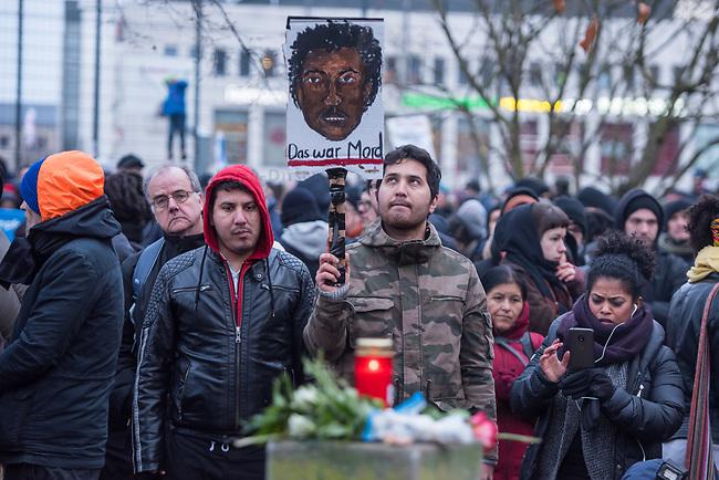 Demonstration am Sonntag den 7. Januar 2018 in Dessau anlaesslich des 13. Todestages des Sierra Leoners Oury Jalloh, der am 7. Januar 2005 unter bislang nicht geklaerten Umstaenden in einer Gewahrsamszelle in der Polizeiwache Wolfgangstrasse, bei lebendigem Leib verbrannte. Der damals wachhabende Dienstgruppenleiter wurde 2012 wegen fahrlaessiger Toetung verurteilt.<br /> Im November 2017 wurde bekannt, dass die Staatsanwaltschaft Dessau-Rosslau davon ausgeht, dass eine Selbstentzuendung durch den gefesselten Oury Jalloh unwahrscheinlich sei und stattdessen den Einsatz von Brandbeschleuniger und die Beteiligung Dritter fuer wahrscheinlich haelt. Der Staatsanwaltschaft wurde jedoch das Verfahren entzogen und an die Staatsanwaltschaft Halle uebergeben die im Oktober 2017 das Verfahren einstellte.<br /> An der Demonstration beteiligten sich ca. 3.500 Menschen.<br /> Im Bild: Demonstrationsteilnehmer an der Gedenkstaette fuer den am 11. Juni 2000 von Rechtsextremen ermordeten Vertragsarbeiter Alberto Adriano.<br /> 7.1.2018, Dessau<br /> Copyright: Christian-Ditsch.de<br /> [Inhaltsveraendernde Manipulation des Fotos nur nach ausdruecklicher Genehmigung des Fotografen. Vereinbarungen ueber Abtretung von Persoenlichkeitsrechten/Model Release der abgebildeten Person/Personen liegen nicht vor. NO MODEL RELEASE! Nur fuer Redaktionelle Zwecke. Don't publish without copyright Christian-Ditsch.de, Veroeffentlichung nur mit Fotografennennung, sowie gegen Honorar, MwSt. und Beleg. Konto: I N G - D i B a, IBAN DE58500105175400192269, BIC INGDDEFFXXX, Kontakt: post@christian-ditsch.de<br /> Bei der Bearbeitung der Dateiinformationen darf die Urheberkennzeichnung in den EXIF- und  IPTC-Daten nicht entfernt werden, diese sind in digitalen Medien nach &sect;95c UrhG rechtlich geschuetzt. Der Urhebervermerk wird gemaess &sect;13 UrhG verlangt.]