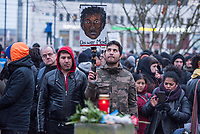 Demonstration am Sonntag den 7. Januar 2018 in Dessau anlaesslich des 13. Todestages des Sierra Leoners Oury Jalloh, der am 7. Januar 2005 unter bislang nicht geklaerten Umstaenden in einer Gewahrsamszelle in der Polizeiwache Wolfgangstrasse, bei lebendigem Leib verbrannte. Der damals wachhabende Dienstgruppenleiter wurde 2012 wegen fahrlaessiger Toetung verurteilt.<br /> Im November 2017 wurde bekannt, dass die Staatsanwaltschaft Dessau-Rosslau davon ausgeht, dass eine Selbstentzuendung durch den gefesselten Oury Jalloh unwahrscheinlich sei und stattdessen den Einsatz von Brandbeschleuniger und die Beteiligung Dritter fuer wahrscheinlich haelt. Der Staatsanwaltschaft wurde jedoch das Verfahren entzogen und an die Staatsanwaltschaft Halle uebergeben die im Oktober 2017 das Verfahren einstellte.<br /> An der Demonstration beteiligten sich ca. 3.500 Menschen.<br /> Im Bild: Demonstrationsteilnehmer an der Gedenkstaette fuer den am 11. Juni 2000 von Rechtsextremen ermordeten Vertragsarbeiter Alberto Adriano.<br /> 7.1.2018, Dessau<br /> Copyright: Christian-Ditsch.de<br /> [Inhaltsveraendernde Manipulation des Fotos nur nach ausdruecklicher Genehmigung des Fotografen. Vereinbarungen ueber Abtretung von Persoenlichkeitsrechten/Model Release der abgebildeten Person/Personen liegen nicht vor. NO MODEL RELEASE! Nur fuer Redaktionelle Zwecke. Don't publish without copyright Christian-Ditsch.de, Veroeffentlichung nur mit Fotografennennung, sowie gegen Honorar, MwSt. und Beleg. Konto: I N G - D i B a, IBAN DE58500105175400192269, BIC INGDDEFFXXX, Kontakt: post@christian-ditsch.de<br /> Bei der Bearbeitung der Dateiinformationen darf die Urheberkennzeichnung in den EXIF- und  IPTC-Daten nicht entfernt werden, diese sind in digitalen Medien nach §95c UrhG rechtlich geschuetzt. Der Urhebervermerk wird gemaess §13 UrhG verlangt.]
