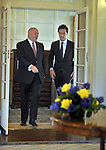 AUSTRALIA, Canberra : Australian Governor-General Peter Cosgrove (L)  walks with the Netherlands Prime Minister Mark Rutte (R) before signing the visitors book at Government House in Canberra on November 6, 2014. AFP PHOTO/POOL Mark GRAHAM