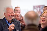 Der weltbekannte deutsche Fotograf Robert Lebeck eröffnete am 18.03.2011 seine Ausstellung in der Lumas-Galerie in Düsseldorf. Hier steht er lachend inmitten seines Auditoriums bei einem Interview... / The world-renowned german photographer Robert Lebeck openend his exibition in the Lumas Gallery in Düsseldorf on 2011-03-18. Here he stands laughing amidst his audience while interviewed.