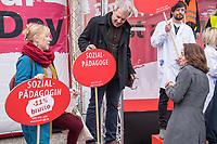 """Kundgebung des Deutschen Gewerkschaftsbund (DGB), des Sozialverbands Deutschland (SovD) und Deutscher Frauenrats am Montag den 18. Maerz 2019 in Berlin zum """"Equal PayDay"""".<br /> Der Equal PayDay (EPD), der internationale Aktionstag fuer Lohngleichheit zwischen Frauen und Maennern, macht auf die bestehende Ungerechtigkeit in der Bezahlung von Frauen gegenueber Maennern aufmerksam und wird in zahlreichen Laendern an unterschiedlichen Tagen begangen. In Deutschland markiert der Aktionstag symbolisch die Lohnluecke zwischen Frauen und Maennern. Die durchschnittliche Lohndifferenz von 21Prozent entspricht einem Zeitraum von 77 Kalendertagen im Jahr.<br /> An der Kundgebung des DGB nahmen etliche Politikerinnen und Politiker teil.<br /> Im Bild: Bundesjustziministerin Katarina Barley, SPD, rechts im Bild, spricht mit zwei Kundgebungsteilnehmern, welche die Lohnungleichheit bei Sozialpaedagogen aufzeigen.<br /> 18.3.2019, Berlin<br /> Copyright: Christian-Ditsch.de<br /> [Inhaltsveraendernde Manipulation des Fotos nur nach ausdruecklicher Genehmigung des Fotografen. Vereinbarungen ueber Abtretung von Persoenlichkeitsrechten/Model Release der abgebildeten Person/Personen liegen nicht vor. NO MODEL RELEASE! Nur fuer Redaktionelle Zwecke. Don't publish without copyright Christian-Ditsch.de, Veroeffentlichung nur mit Fotografennennung, sowie gegen Honorar, MwSt. und Beleg. Konto: I N G - D i B a, IBAN DE58500105175400192269, BIC INGDDEFFXXX, Kontakt: post@christian-ditsch.de<br /> Bei der Bearbeitung der Dateiinformationen darf die Urheberkennzeichnung in den EXIF- und  IPTC-Daten nicht entfernt werden, diese sind in digitalen Medien nach §95c UrhG rechtlich geschuetzt. Der Urhebervermerk wird gemaess §13 UrhG verlangt.]"""