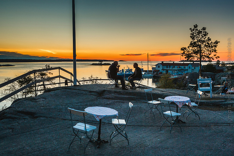 Restaurang på hög klippa med utsikt över havet på Arholma i Roslagen Stockholms skärgård.