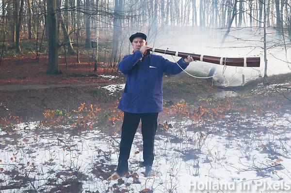 Nederland - Arnhem  - 17 december 2017.  Op 16 en 17 december vond Landleven Winter plaats in het Nederlands Openluchtmuseum.  Midwinterhoornblazen in de sneeuw.   Foto Berlinda van Dam / Hollandse Hoogte.