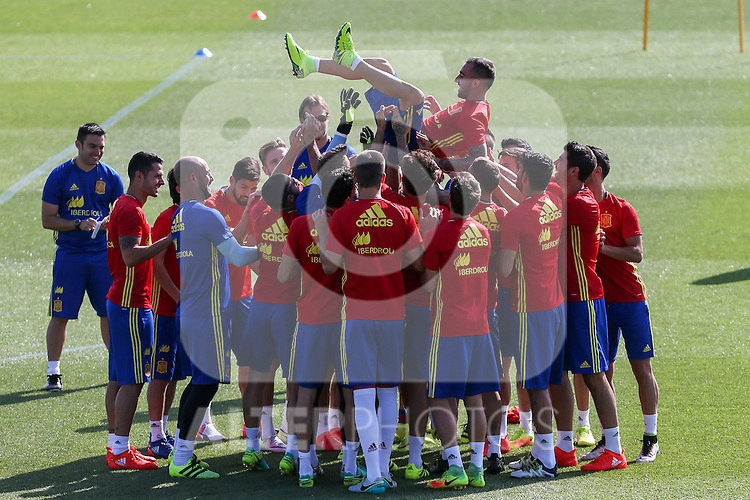 Spanish players rise to Paco Alcacer during the second training of the concentration of Spanish football team at Ciudad del Futbol de Las Rozas before the qualifying for the Russia world cup in 2017 August 30, 2016. (ALTERPHOTOS/Rodrigo Jimenez)