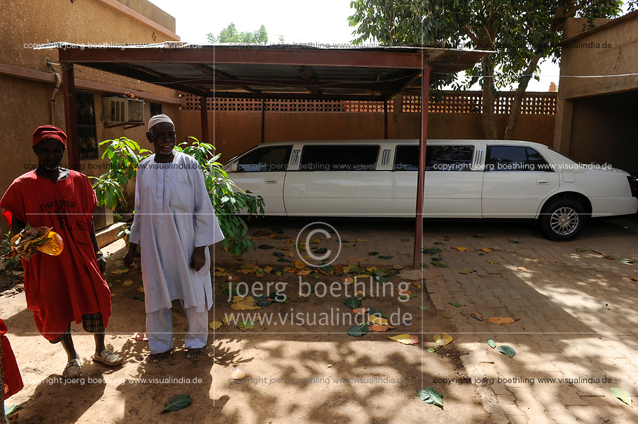 NIGER Zinder, palace of Sultan DAMAGARAM<br /> El Hadji ABOUBACAR OUMAROU SANDA , his driver and stretch limousine car