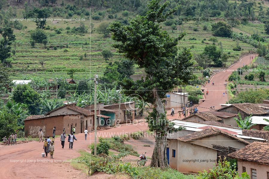 RWANDA, Butare, village near health center Gikonko / RUANDA, Butare, Fahrt nach Gikonko