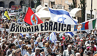 La bandiera dei Comunisti Italiani sventola dietro allo striscione della Brigata Ebraica durante la manifestazione per il sessantatreesimo anniversario della Liberazione dal nazifascismo, a Roma, 25 aprile 2008..A flag of the Pdci Italian Communists' party waves bast the Jewish Brigade's banner during a demonstration for the 63rd anniversary of Italy's Liberation from nazifascism, in Rome, 25 april 2008..UPDATE IMAGES PRESS/Riccardo De Luca