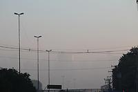 SAO PAULO, SP, 04/06/2013, NEBLINA. Um dessa camada de neblina sobre a zona norte da capital paulista nessa teca-feira (04), a Marginal Tiete na regiao do bairro do Pari tem a visibilidade afetada. LUIZ GUARNIERI/BRAZIL PHOTO PRESS.
