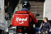 SÃO PAULO, SP, 18.07.2019: MOTOCICLISTAS-SEGURANÇA-APLICATIVOS-SP - Motociclistas de entrega por aplicativoS, são vistos na avenida Paulista, região central de São Paulo, na manhã desta quinta-feira, 18. A Prefeitura de São Paulo firmou, nesta quinta-feira (18), termo de cooperação com as empresas de entrega por aplicativo iFood e Loggi, com foco em medidas de segurança voltadas para os motociclistas que atuam nessas plataformas. (Foto: Fábio Vieira/FotoRua)