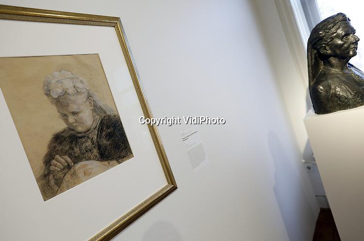 Foto: VidiPhoto<br /> <br /> OSS &ndash; Tot en met 14 januari is in het museum Jan Cunen in het Brabantse Oss de expositie Powervrouwen te zien. Een belangrijk onderdeel daarvan vormt de tentoonstelling Vrouwen van Oranje. De tentoonstelling &lsquo;Vrouwen van Oranje -Portretten van vijf koninginnen&rsquo; geeft een historisch overzicht van vijf generaties powervrouwen: de Nederlandse vorstinnen Emma, Wilhelmina, Juliana, Beatrix en M&aacute;xima. Tegelijkertijd biedt de expositie een uitgebreid kunsthistorisch overzicht van diverse kunstenaars, stijlen en media van eind negentiende eeuw tot nu: Emma poseerde voor Jan Toorop, Th&eacute;r&egrave;se Schwartze portretteerde Wilhelmina, Juliana stond portret voor Sierk Schr&ouml;der, Marte R&ouml;ling legde Beatrix vast, en Erwin Olaf M&aacute;xima. Deze portrettengalerij geeft bovendien inzicht in de wijze waarop de vrouwen zich door de jaren heen aan de toeschouwer presenteerden.