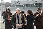 Tony Cragg e Marina Paglieri durante i lavori di installazione della scultura di Tony Cragg 'Punti di vista' nella Piazza Olimpica di Torino. Gennaio 2006.
