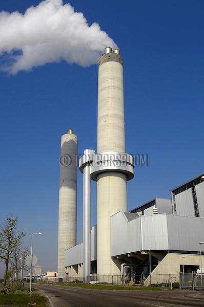 AMSTERDAM - Rook uit de schoorsteen van de modernste AVI ter wereld. In Amsterdam wordt de eerste Hoogrendement Afvalverbrandingsinstallatie (HR Avi) ter wereld gebouwd die is uitgerust met rookgaswassers. Het complex bestaat ondermeer uit een honderd meter hoge schoorsteen, verbrandingsoven en betonnen afvalbunkercomplex die in opdracht van het Afval Energie Bedrijf Gemeente Amsterdam (AEB) is gebouwd. ANP COPYRIGHT TON BORSBOOM