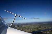 Leitwerk: EUROPA, DEUTSCHLAND, HAMBURG 16.10.2005: Segelflugzeug, ASH 26 E, Blick im Flug auf das Leitwerk nach hinten, im Hintergrund die Elbe,