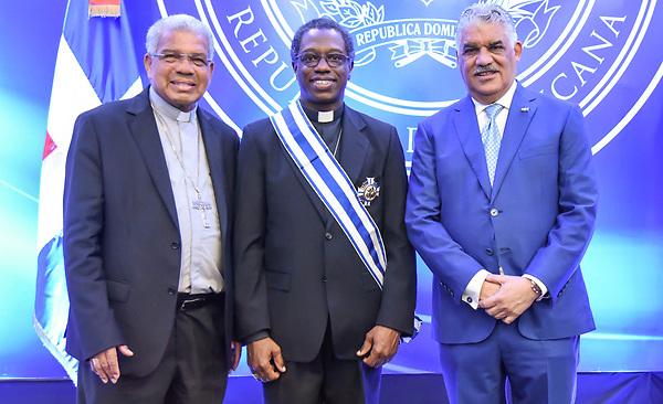 Arzobispo Francisco Ozoria, Jude Thaddeus Okolo y canciller Miguel Vargas Maldonado. Cortesía SIN.