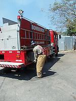 Rio de Janeiro (RJ) 08.09.2012. Condominio/Fogo Vegeta&ccedil;&atilde;o.<br />- Fogo em vegeta&ccedil;&atilde;o no Condominio Nova Valqueire em Vila Valqueire,Zona Oeste do Rio. Onde no terreno pegou fogo na vegeta&ccedil;&atilde;o proximo as resid&ecirc;ncias. Bombeiros do 8&ordm;GBM de Campinho foi chamado no local. N&atilde;o houve danos a resid&ecirc;ncias. Foto:ARION MARINHO/BRAZIL PHOTO PRESS.