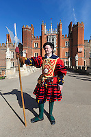 Great Britain, England, London: Hampton Court Palace, Yeoman guard outside tudor palace given to King Henry 8th by Cardinal Wolsey | Grossbritannien, England, London: koenigliche Leibgarde vor dem Hampton Court Palace, der Tudor Palast, den Koenig Henrich VIII. von Kardinal Wolsey erhielt