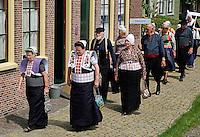 Klederdrachtdag in het Zuiderzeemuseum in Enkhuizen. Optocht door het museum. Voorop mensen uit Spakenburg. Daarachter mensen uit Marken