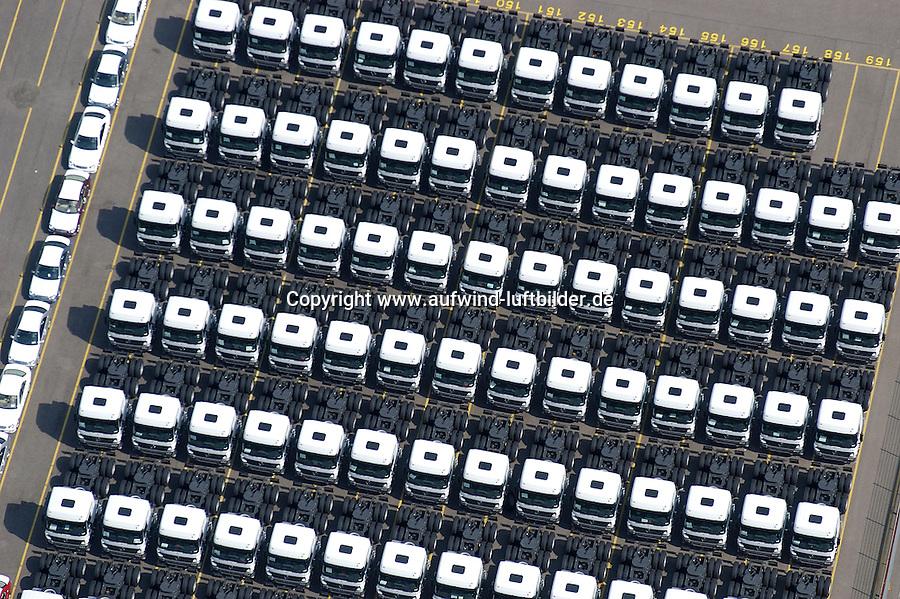 4415/Unikai :EUROPA, DEUTSCHLAND, HAMBURG, 09.06.2005: Abstellflaeche am Unikai, Hafen Hamburg, Fahrzeuge warten auf Verladung, Verladungen auf PCC (Pure Car Carrier) .und PCTC (Pure Car and Truck Carrier) .von Neu- und Gebrauchtfahrzeugen, .Nutzfahrzeuge, Spezialfahrzeug, Transporter, PKW,  Spedition, speditionellen.Abfertigung, Schiffsverladung, RoRo, O'Swaldkai, .Schuppen 48,  Lagerflaeche,  Stellfläche,  Export, Exportwirtschaft, .Luftaufnahme, Luftbild,  Luftansicht