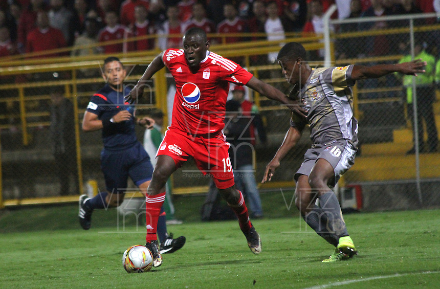 BOGOTA -COLOMBIA, 5-12-2016. ** Cristian Martinez (Izq.) jugador del América de Cali   disputa el balón con *18ts*(Der.) de Tigres de Soacha  durante encuentro  por la  final ida del Torneo Aguila II 2016 disputado en el estadio Metropolitano de Techo ./ Cristian Martinez(L) player of Amerca de Cali  fights for the ball with Wilson Mena(R) player of Tigres de Soacha during match for the final firts round  date  of the Torneo Aguila League II 2016 played at Metropolitano de Techo   stadium . Photo:VizzorImage / Felipe Caicedo  / Staff