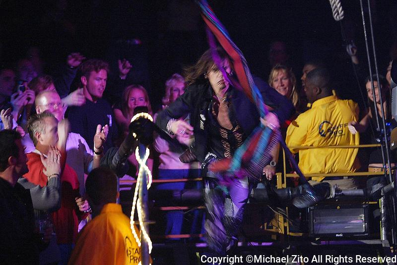 12/18/03 Inglewood, CA: Aerosmith in concert at the LA Forum