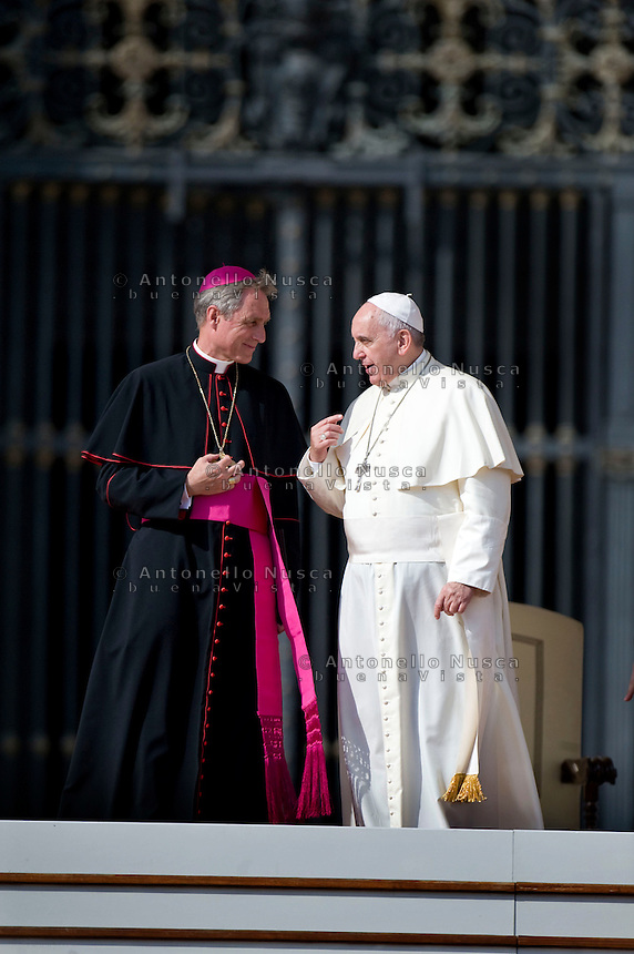 Papa Francesco con Georg Gänswein in Piazza San Pietro al termine dell'Udienza Generale. Pope Francis talk to Archbishop Georg Gänswein during at the end of his weekly general audience at St Peter's square.