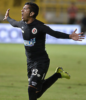 BOGOTÁ -COLOMBIA, 20-01-2015. Franco Sosa (Izq) jugador del Cúcuta Deportivo celebra un gol anotado al Deportes Quindio durante partido por la fecha 3 de los cuadrangulares de ascenso Liga Aguila 2015 jugado en el estadio Metropolitano de Techo de la ciudad de Bogotá./ Franco Sosa (L) player of Cucuta Deportivo celebrates a goal scored to Deportes Quindio during match for the third date of the promotional quadrangular Aguila League 2015 played at Metropolitano de Techo stadium in Bogotá city. Photo: VizzorImage/ Gabriel Aponte / Staff