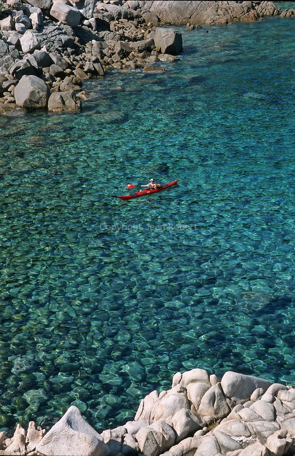 Descente des côtes corses depuis Ajaccio jusqu'à Bonifacio. Raid de 10 jours en kayak  de mer en bivouaquant sur les plages. Calanque de Cacau (Portu Cacau) Corse (côte ouest). France...