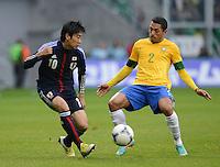 FUSSBALL   INTERNATIONAL   Testspiel    Japan - Brasilien          16.10.2012 Shinji KAGAWA (Japan) gegen ADRIANO CLARO (Brasilien)
