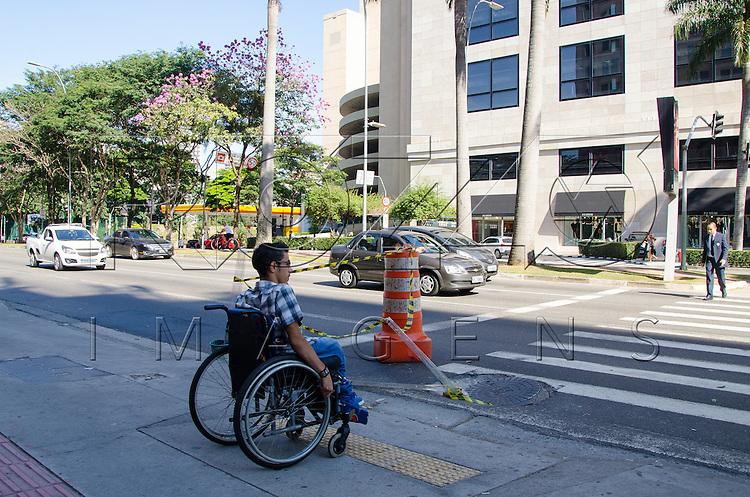 Cadeirante usando rampa de acessibilidade na Avenida Faria Lima, São Paulo - SP, 06/2016.