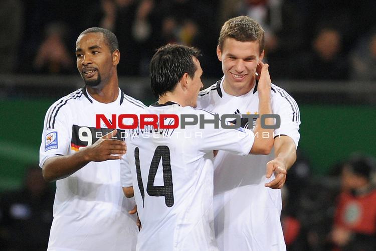Fussball, L&permil;nderspiel, WM 2010 Qualifikation Gruppe 4  14. Spieltag<br />  Deutschland (GER) vs. Finnland ( FIN )<br /> Lukas Podolski (GER #10) schiesst das 1-1 fuer Deutschland und jubelt mit Cacau (GER #09) und Piotr Trochowski (GER #14).<br /> <br /> <br /> Foto &copy; nph (  nordphoto  )<br />  *** Local Caption *** <br /> <br /> Fotos sind ohne vorherigen schriftliche Zustimmung ausschliesslich f&cedil;r redaktionelle Publikationszwecke zu verwenden.<br /> Auf Anfrage in hoeherer Qualitaet/Aufloesung