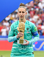 20190707 - LYON , FRANCE : Dutch Sari Van Veenendaal pictured the golden gloves - best goalkeeper of the tournament - during the female soccer game between The United States of America – USA-  and the Netherlands – Oranje Leeuwinnen -, the final  of the FIFA Women's  World Championship in France 2019, Sunday 7 th July 2019 at the Stade de Lyon  Stadium in Lyon  , France .  PHOTO SPORTPIX.BE | DAVID CATRY