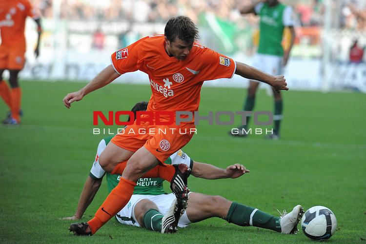 FBL 09/10  07. Spieltag Hinrunde / Weser Stadion<br /> Werder Bremen - Mainz05<br /> <br /> Florian Heller (Mainz #16) gegen Claudio Pizarro ( Bremen #24 ) ( hinten verdekct )<br /> <br /> Foto &copy; nph ( nordphoto )