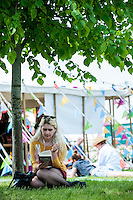 Hay on Wye, UK. Sunday 29 May 2016<br /> Pictured: People relax in the sun at Hay <br /> Re: The 2016 Hay festival take place at Hay on Wye, Powys, Wales