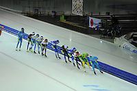SCHAATSEN: HEERENVEEN: 25-10-2014, IJsstadion Thialf, Marathonschaatsen, KPN Marathon Cup 2, Bob de Vries (#1) op kop van het peloton, ©foto Martin de Jong