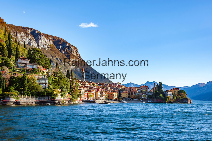 Italy, Lombardia, Varenna: ferry approaching Varenna   Italien, Lombardei, Varenna: von der Faehre hat man einen wunderbaren ersten Blick auf Varenna