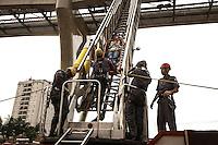 SÃO PAULO,SP,28.08.2014 - SIMULADO DE ATUAÇÃO EM CASO DE EMERGÊNCIA  -  O metro junto com o corpo de bombeiro realizaram na tarde de hoje (28) um simulado de emergência na linha 15 prata do monotrilho entra as estações Vila Prudente e Oratório na zona leste.Ainauguração da linha está programada para o proximo sabado (30).Foto Ale Vianna/Brazil Photo Press).