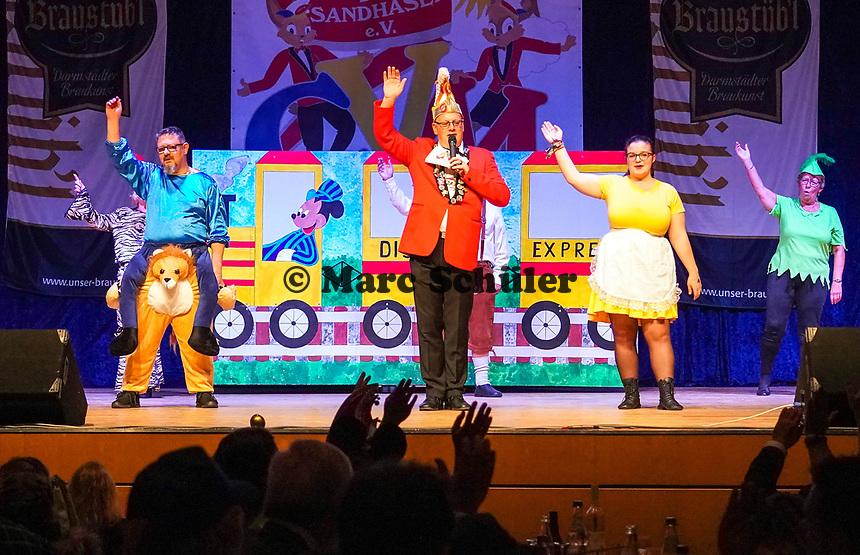"""Sitzungspräsident Klaus Huber bedankt sich bei der Lust und Laune Gruppe und grüßt mit """"Sandhas hopp hopp"""" - Mörfelden-Walldorf 15.11.2019: Eröffnungssitzung der Sandhasen"""
