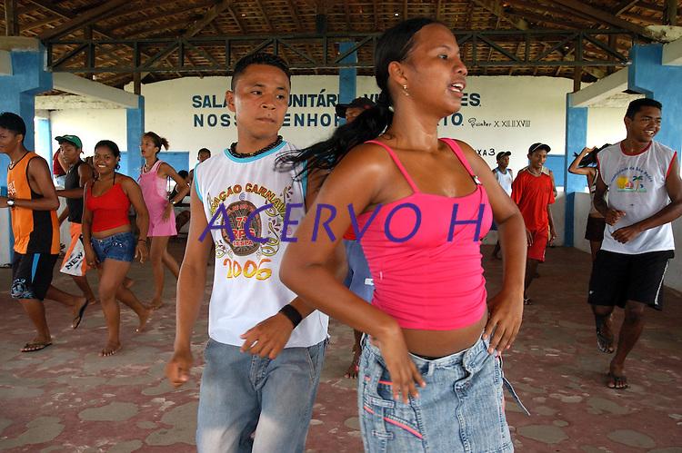 Adolescentes ensaiam dança na sede da ass. comunitária de Joanes.