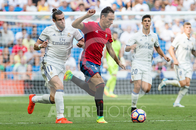 Real Madrid's Garet Bale Club Atletico Osasuna's David Garcia during the match of La Liga between Real Madrid and Club Atletico Osasuna at Santiago Bernabeu Estadium in Madrid. September 10, 2016. (ALTERPHOTOS/Rodrigo Jimenez)