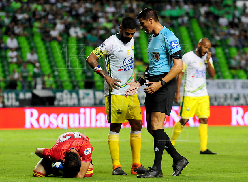 PALMIRA-COLOMBIA-27-04-2018: Leevan Suarez (Der.), arbitro, durante partido entre Deportivo Cali y Atlético Bucaramanga, de la fecha 18 por la liga Aguila I 2018, jugado en el estadio Deportivo Cali (Palmaseca) en la ciudad de Palmira. / Leevan Suarez (R), during a match between Deportivo Cali and Atletico Bucaramanga, of the 18th date for the Liga Aguila I 2018, at the Deportivo Cali (Palmaseca) stadium in Palmira city. Photo: VizzorImage  / Nelson Rios / Cont.