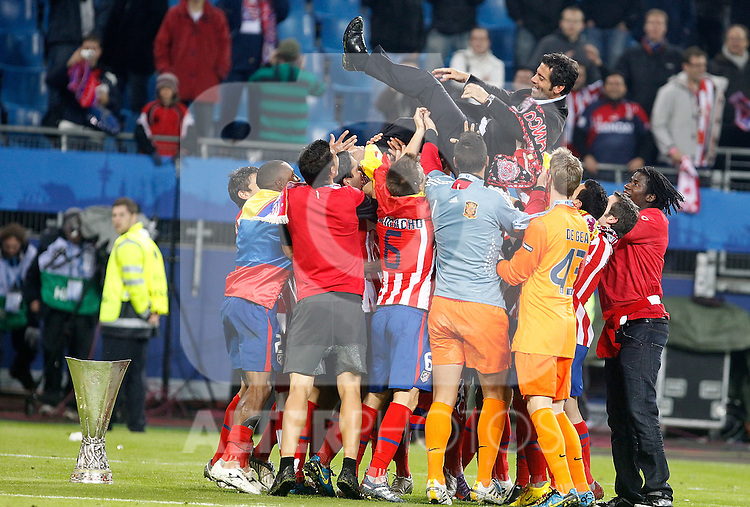 Atletico de Madrid's coach Quique Sanchez Flores celebrates with players and trophy during UEFA Europa League final match, May 12, 2010. (ALTERPHOTOS/Alvaro Hernandez).