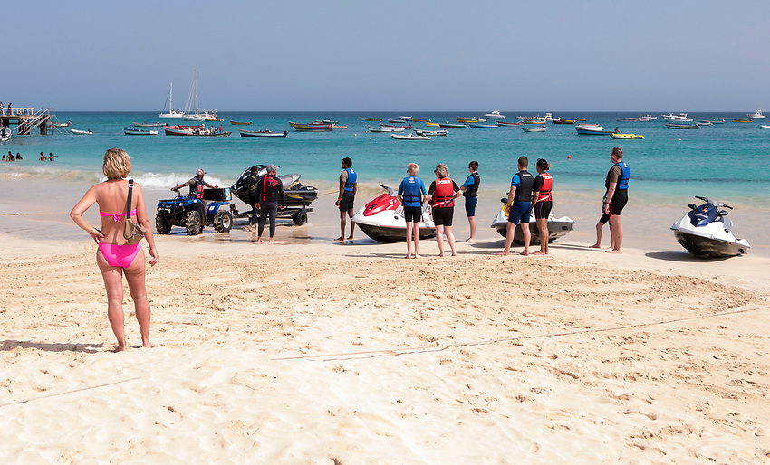 Cabo Verde, Kaap Verdie, KaapVerdie, sal kaapverdie santa maria 2017<br /> Santa Maria, officieel  is een plaats in het zuiden van het Kaapverdische eiland Sal met 6.272 inwoners. Met de opkomst van het toerisme heeft de plaats bekendheid gekregen en is het toerisme de voornaamse inkomstenbron<br /> Kaapverdi&euml;, dat behoort tot de geografische regio Ilhas de Barlavento<br />   foto  Michael Kooren<br /> beach, beach life, caipirinha's, cocktail, cocktailbar, popular,  sports, water, sea, powerboat