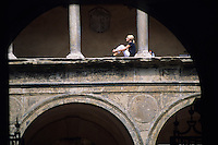 Europe/Italie/Emilie-Romagne/Bologne : Arcades et jeune fille palais Malvezzi siège universitaire